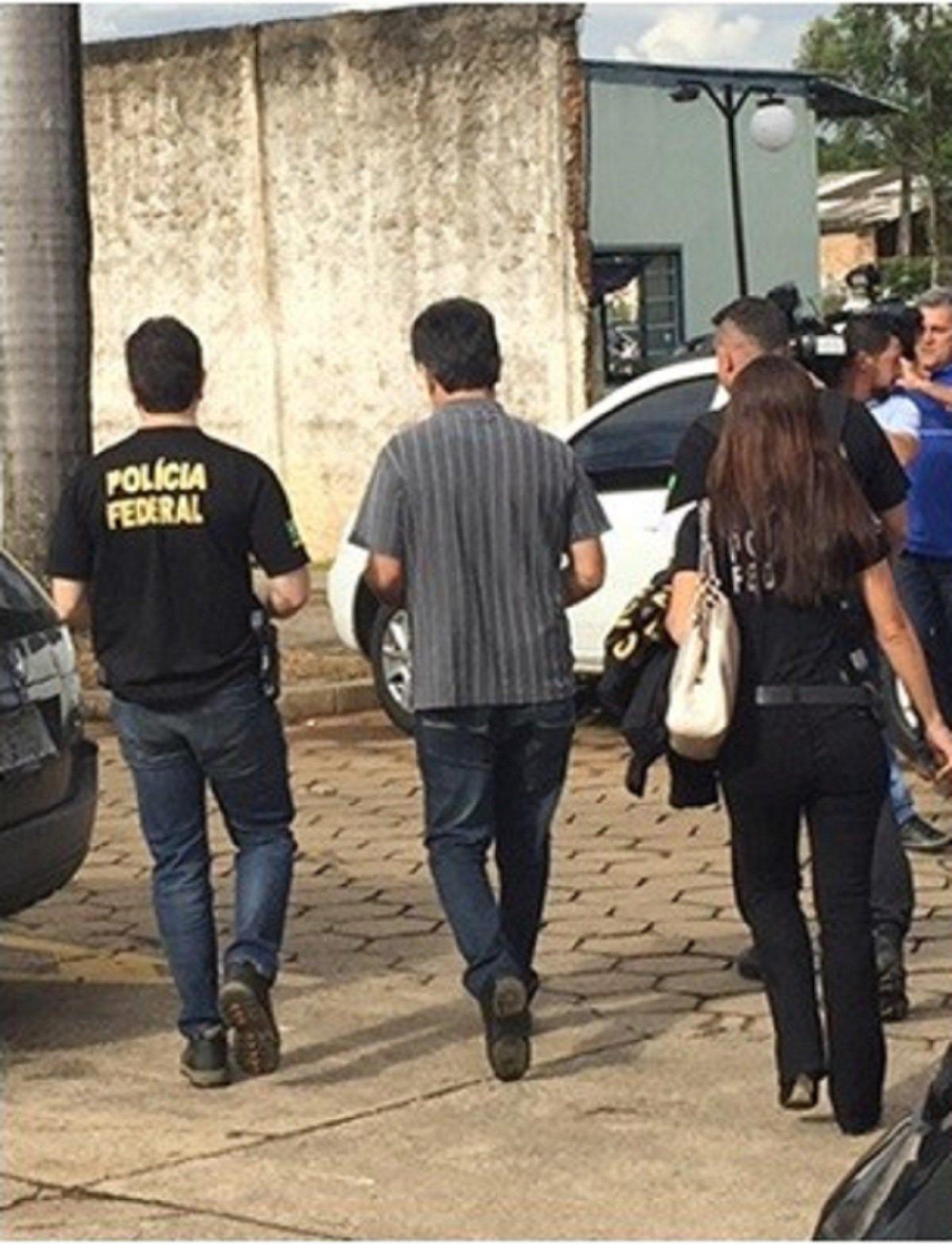 Dois policiais federais aposentados foram presos hoje pela manhã, suspeitos deenviar um pacote com uma bomba para o advogado Walmir Oliveira da Cunha, de 37 anos, em Goiânia, em julho deste ano. Na explosão o advogado perdeu três dedos