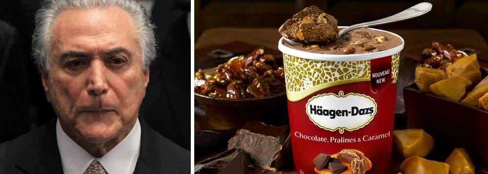 O Palácio do Planalto abriu uma licitação para comprar comida para abastecer o avião presidencial, que serve Michel Temer e seus convidados durante um ano; o valor previsto para ser gasto, no total, é de R$ 1,75 milhão; chama a atenção o pedido relacionado a sorvetes; Temer pediu 500 potinhos do produto da marca americana Häagen-Dazs, cujo custo ficou em R$ 7,5 mil; o maior gasto, no entanto, será com tortas de chocolate; foi pedida uma tonelada e meia de torta, ao custo total de R$ 96 mil
