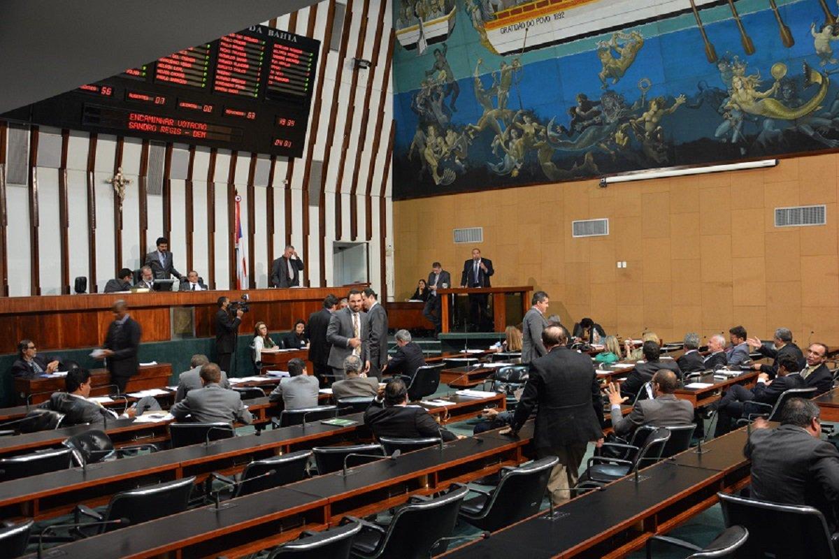 A partir de1º de janeiro a Assembleia Legislativa da Bahia vai funcionar em regime de 'turnão', durante o recesso parlamentar; neste período, o expediente irá de 13h às 19h, de segunda a quinta-feira, mantendo o horário normal às sextas – expediente das 8h30 ao meio dia; objetivo da Mesa Diretora é economizar cerca de R$1,2 milhão no mês de janeiro; decisão foi motivada pelas dificuldades financeiras vivenciadas por todos os entes federados nesse período de crise, com forte queda de receita