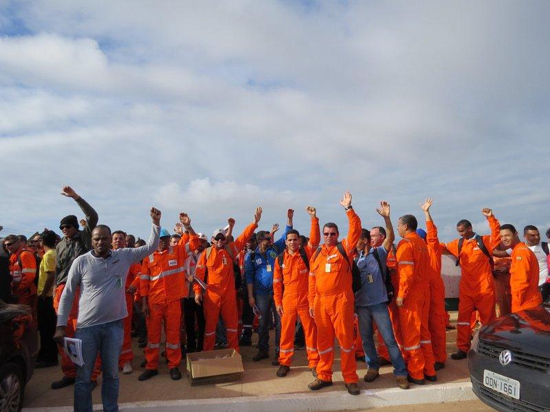 Sindicatos de petroleiros começaram na manhã desta sexta-feira paralisações em refinarias da Petrobras e podem iniciar o movimento em plataformas marítimas a qualquer momento, após rejeitarem a última proposta para o Acordo Coletivo de Trabalho 2016, dentre outras questões, disseram líderes sindicais; segundo a Federação Única dos Petroleiros (FUP), 10 dos 13 sindicatos filiados já aprovaram os indicativos da federação para a rejeição da última proposta da empresa para o acordo coletivo e a realização de greves