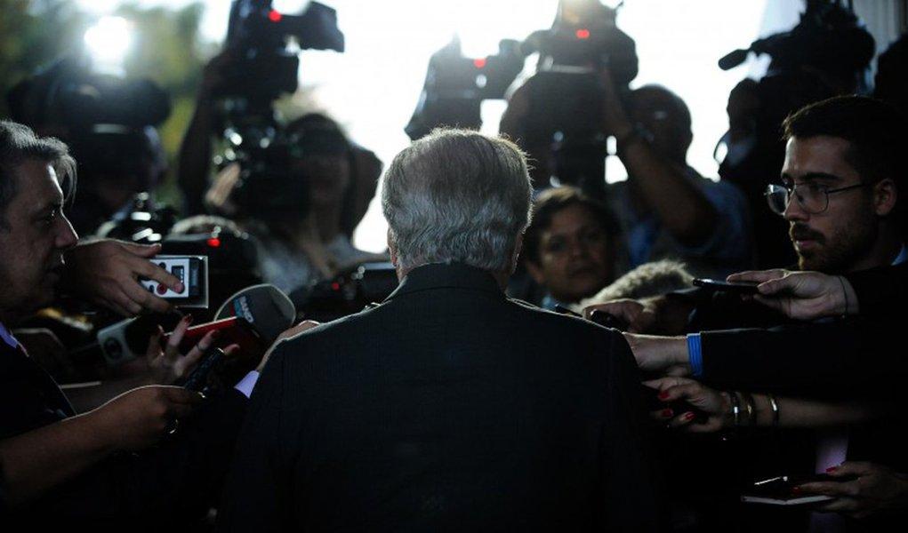 """A equipe do presidente Michel Temer tem dificultado o trabalho da imprensa; na passagem dele por Alagoas, muitos jornalistas não conseguiram o credenciamento; """"A dificuldade imposta pelo cerimonial do Presidente Temer para o credenciamento da imprensa está inviabilizando a participação de muitos jornalistas na cobertura da sua passagem por Alagoas, na manhã desta terça-feira. A reclamação é geral. Poucos conseguiram ter o cadastro aprovado. Há uma constatação geral de que nunca, em nenhuma outra cobertura presidencial, enfrentou-se tanto óbice ao trabalho da imprensa"""", relata Fátima Almeida"""