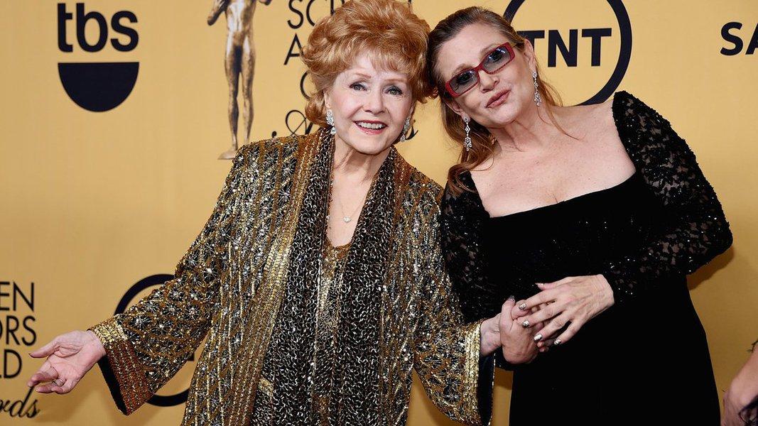 """Pouco mais de 24 horas após perder a filha, a atriz Carrie Fisher, faleceu no fim da noite desta quarta-feira (28) a artista Debbie Reynolds, aos 84 anos, vítima de um derrame; seu filho Tedd Fisher informou a notícia da morte da mãe e destacou que o estresse pela perda da filha foi """"demais"""" para Reynolds; de acordo com o filho da estrela, a mãe afirmou que """"queria estar com Carrie"""" ao ser internada nesta quarta após passar mal na casa do filho, em Beverly Hills, ao debater os detalhes do funeral da filha"""