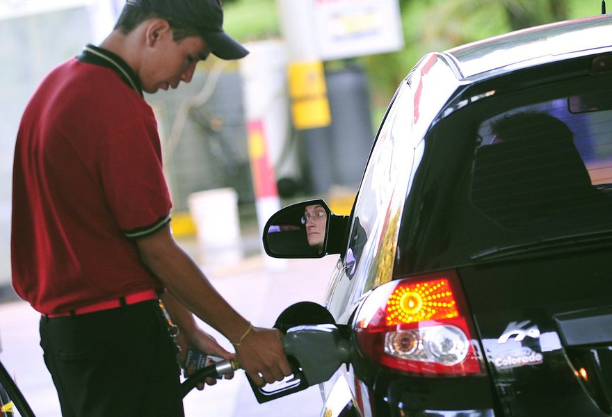 Segundo a Agência Nacional do Petróleo (ANP), os preços da gasolina e do diesel vendidos nos postos do Brasil subiram pela terceira semana consecutiva, depois que a Petrobras, presidida por Pedro Parente, elevou no início do mês os preços nas refinarias; entre 18 e 24 de dezembro, a gasolina na bomba subiu 0,45 por cento, para 3,759 reais/litros em média, após ter avançado 1,38 por cento na semana anterior
