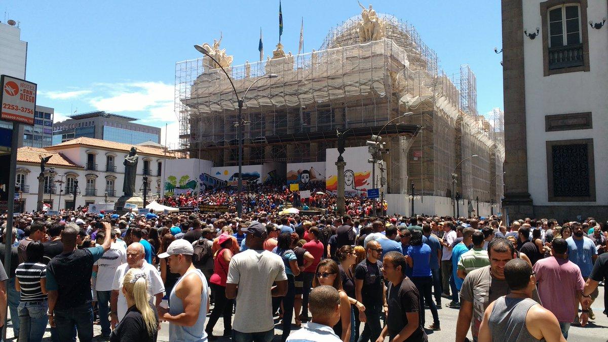 Protesto de servidores do Rio em frente a alerj contra pacote de austeridades