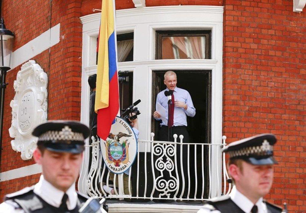 Fundador do WikiLeaks, Julian Assange, na varanda da embaixada do Equador em Londres. 19/08/2012 REUTERS/Olivia Harris