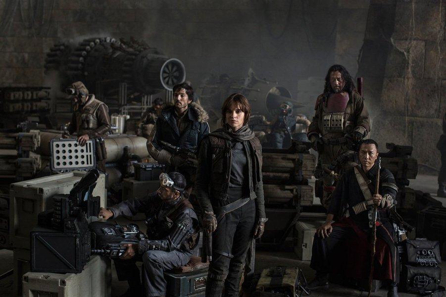 """Os filmes """"Rogue One: Uma História Star Wars"""" e """"Sing - Quem Canta Seus Males Espanta"""" atraíram grandes públicos às salas de cinema dos Estados Unidos no fim de semana de Ano Novo, resultando em grandes arrecadações de bilheterias e despedindo-se de 2016 em grande estilo; a nova história da saga """"Star Wars"""" liderou as bilheterias pelo terceiro fim de semana seguido, com quase 50 milhões de dólares, e uma projeção de 64 milhões incluindo esta segunda-feira, dia de feriado"""