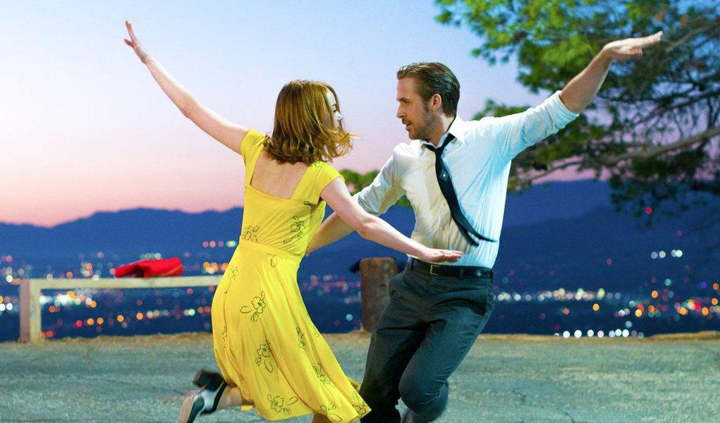 """""""La La Land: Cantando Estações"""", um musical contemporâneo sobre uma história de amor de dois artistas em dificuldades em Los Angeles, consolidou o status de favorito da temporada de premiações de Hollywood ao ter o maior número de indicações para os prêmios do Critics' Choice Awards e ser considerado melhor filme pelos críticos de cinema de Nova York;""""La La Land"""" teve 12 indicações no Critics' Choice Awards"""