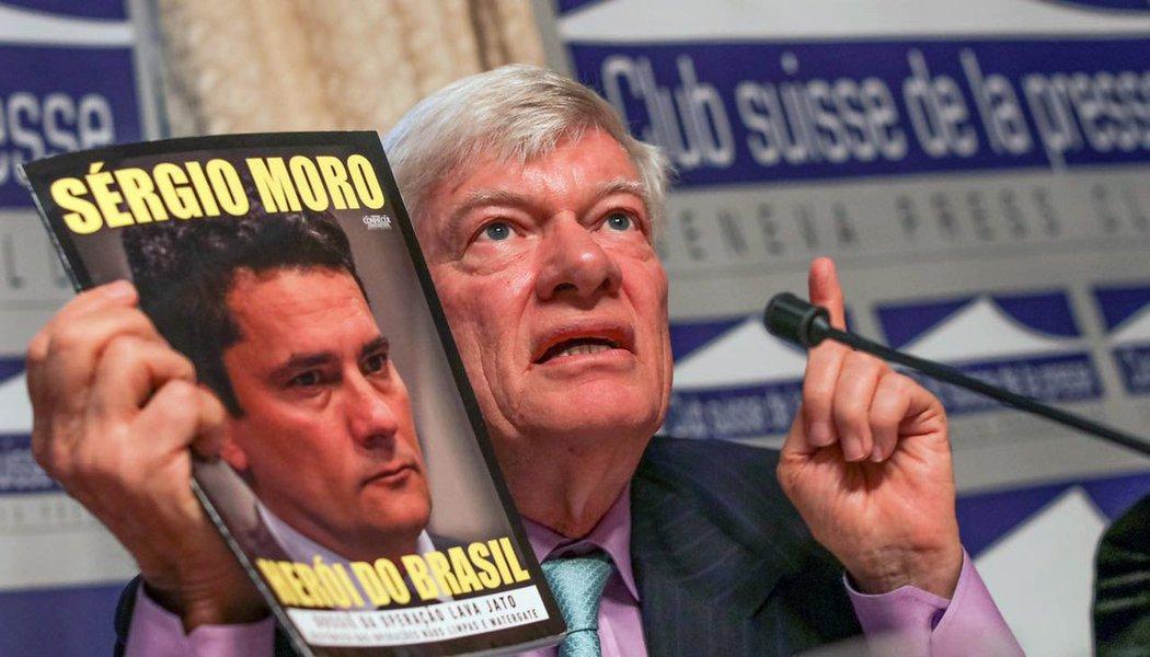 """Quem diz é o advogado Geoffrey Roberson, que defende o ex-presidente Lula, e concedeu uma entrevista coletiva de Genebra nesta quarta-feira 16, para explicar a ação de Lula à Comissão de Direitos Humanos da ONU; ele explica que o ex-presidente não quer parar a investigação nem o julgamento contra ele no Brasil, apenas que o juiz Sérgio Moro, responsável pela Lava Jato, seja substituído por um juiz imparcial; """"É bizarro que o juiz que investiga seja o mesmo que julga. Não se pode ter juízes enviesados"""", disse; o advogado Cristiano Zanin Martins destacou que """"todas as palestras estão devidamente documentadas. Não há qualquer ilegalidade""""; advogada Valeska Martins pontuou, sobre a perseguição a Lula: """"Os brasileiros deveriam perguntar a si mesmos: e se isso acontecesse comigo?"""""""