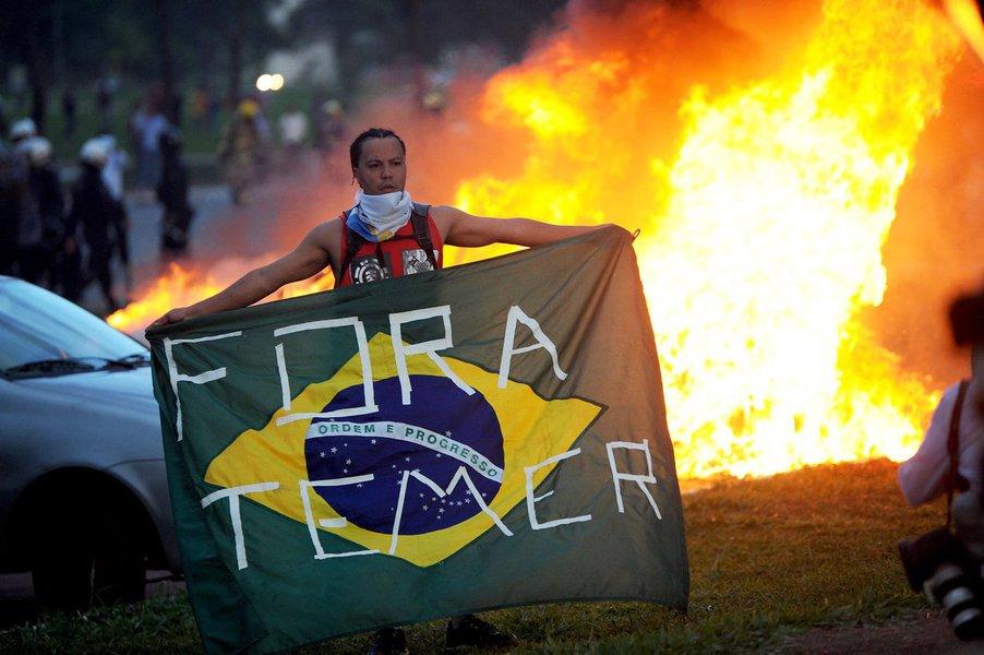 """""""Quebradas as regras da democracia, imaginava-se que seria possível, como num passe de mágica, resgatar a confiança e fazer com que a economia brasileira voltasse a crescer. O resultado está aí: uma economia arruinada e um país sem qualquer credibilidade interna e externa, com manifestações sendo duramente reprimidas, como ocorreu em Brasília na semana passada, e uma incompreensão internacional sobre o que fez com que o Brasil, antes respeitado e admirado, se transformasse novamente num país quebrado e sem auto-estima"""", diz o colunista Leonardo Attuch, editor do 247; """"A grande questão, agora, é: será possível promover um pacto democrático ou o caminho será a destruição total em que todos, inclusive a democracia, morrerão no final?"""""""
