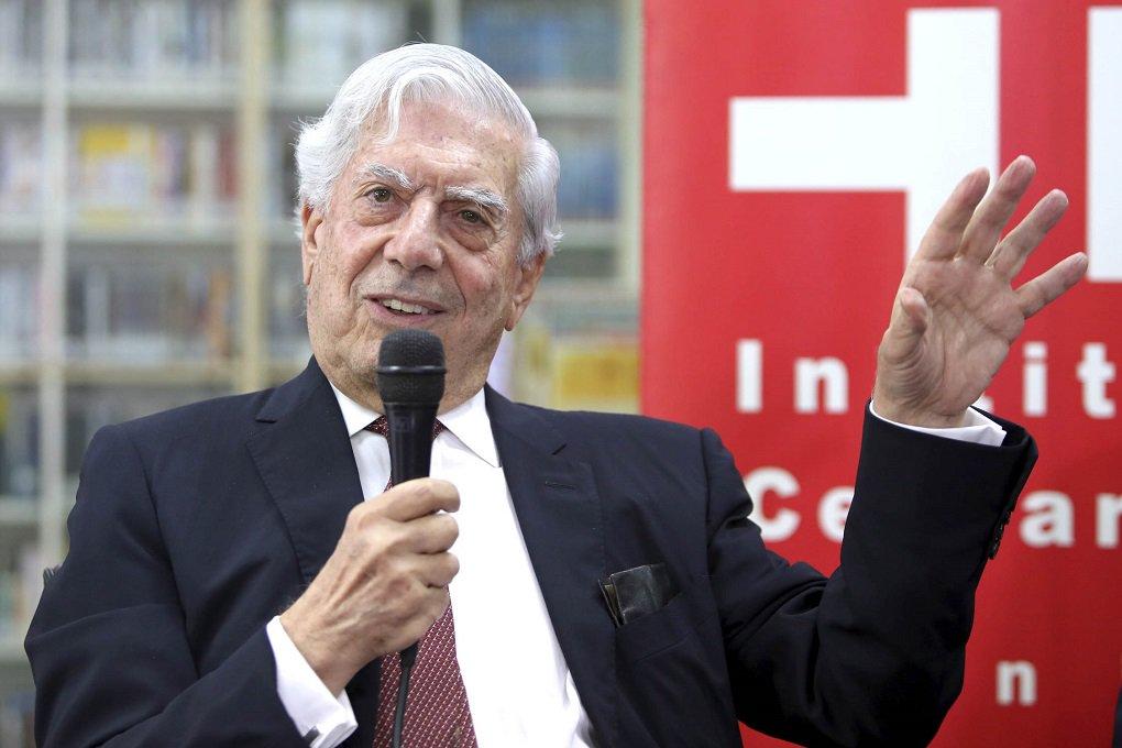 """O escritor peruano Mario Vargas Llosa, comentou a morte do líder cubano Fidel Castro;""""Espero que esta morte inicie em Cuba um período de apertura, de tolerância, de democratização.Ele disse que história o absolverá. Eu estou seguro de que a história não absolverá Fidel"""", disse Llosa, que no século passado era entusiasta das revoluções na América Latina"""