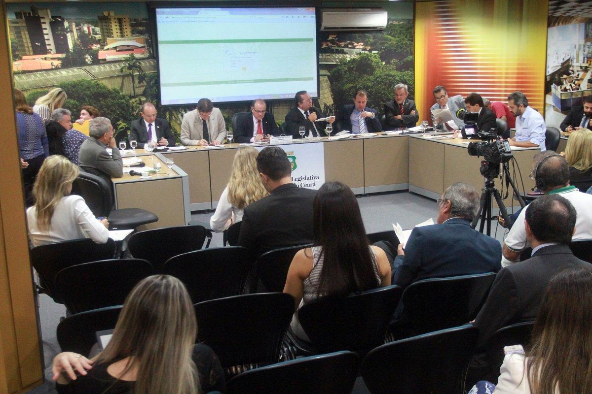 A Comissão de Constituição, Justiça e Redação (CCJR) da Assembleia Legislativa decidiu, em reunião nesta terça-feira (27) que não há impedimentos legais para a tramitação do projeto de Lei Orçamentária Anual (LOA) de 2017, após a extinção do Tribunal de Contas dos Municípios (TCM). Os deputados Roberto Mesquita (PSD) e Sérgio Aguiar (PDT) haviam apresentado questionamentos ao colegiado a respeito dos recursos destinados ao TCM. Os parlamentares levantaram dúvidas sobre a aplicação do orçamento que era destinado a corte extinta.A previsão é de que seja a LOA votadana sessão plenária desta quarta-feira (28)
