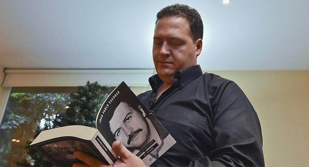 A morte do maior narcotraficante da história não se deve ao mérito de seus inimigos, mas a uma decisão do próprio Pablo Escobar, que decidiu acabar com a própria vida, garantiu em entrevista exclusiva à RT o filho do lendário criminoso colombiano, Juan Pablo Escobar; segundo ele, a versão oficial de que seu pai foi executado pelas autoridades da Colômbia em cooperação com a CIA e o órgão para combate às drogas dos EUA (DEA – na sigla em inglês) é falsa. A morte de Escobar teria sido, na verdade, uma forma de suicídio