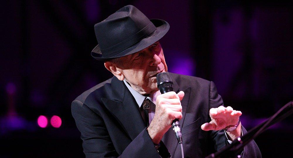 """Nascido em Montréal, em 21 de setembro de 1934, Cohen se destacou primeiramente como escritor antes de entrar para o mundo da música, no qual produziu trabalhos marcantes, para si e também para outros cantores. Entre eles, destacam-se canções como """"Suzanne"""", """"Hey, That's No Way To Say Goodbye"""", """"Dance Me To The End Of Love"""" e """"Everybody Knows"""". É considerado por muitos um dos grandes artistas do século XX; confira dois de seus clássicos"""