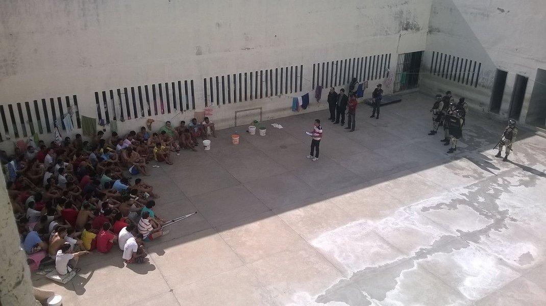 48 horas após rebeliões e mortes ocorridas no Amazonas e em Roraima, cerca de mil presos foram transferidos entre os presídios cearenses; ação preventiva objetivou evitar problemas; no Estado, as disputas nos presídios envolvem três facções: Guardiões do Estado (GDE), Comando Vermelho (CV) e Primeiro Comando da Capital (PCC) e é sabido que há ligação entre líderes de facções do Amazonas com os presidiários do Ceará