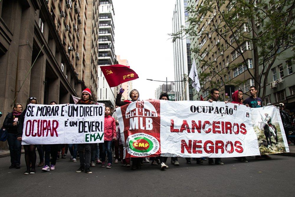08/09/2016 - PORTO ALEGRE, RS - Moradores da Ocupação Lanceiros Negros realizam caminhada em direção à Prefeitura de Porto Alegre para exigir que as famílias não sejam colocadas na rua. Foto: Maia Rubim/Sul21