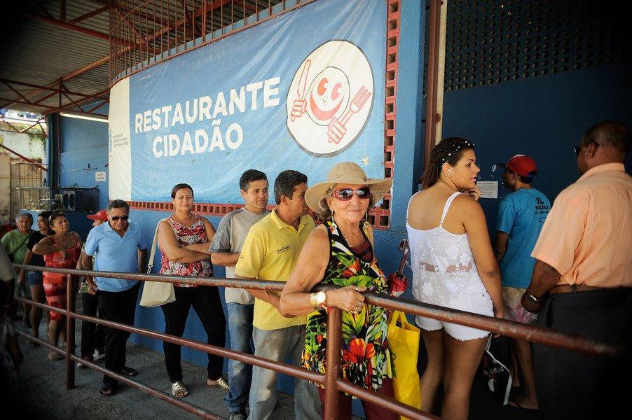 """O pacote de cortes do governo de Luiz Fernando Pezão (PMDB), no Rio, prevê a extinção do programa Restaurante Cidadão, o que renderá aos cofres do Estado a economia de R$ 56,8 milhões anuais; o valor, no entanto, é menor do que teria sido embolsado em propina na reconstrução do Maracanã para a Copa de 2014, que foi de R$ 60 milhões de recursos públicos. É o que afirmaram antigos executivos da Odebrecht e da Andrade Gutierrez; """"Se os denunciantes da Andrade Gutierrez e da Odebrecht falam a verdade, a propina do Maracanã seria suficiente para bancar um ano de refeições nos restaurantes populares. Com direito a um troco gordo"""", ressalta o jornalista Mário Magalhães"""