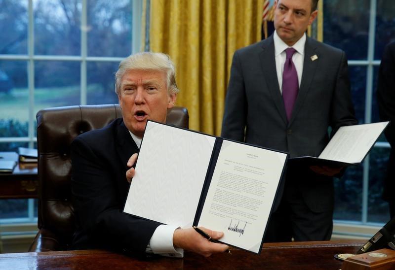 O presidente dos Estados Unidos, Donald Trump, mostra a ordem que formaliza a saída do acordo Transpacífico após assiná-la na Casa Branca, em Washington 23/01/2017 REUTERS/Kevin Lamarque