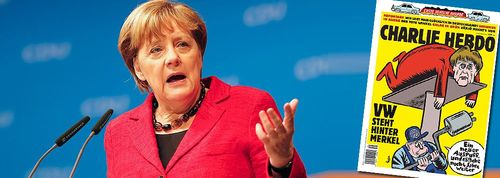 """Primeira edição alemã do semanário satírico Charlie Hebdo chegou às bancas com uma primeira página que debocha da chanceler Angela Merkel, quase dois anos depois de militantes islâmicos terem atacado a redação da publicação em Paris; """"A VW apoia Merkel"""", diz a manchete, com uma imagem de um mecânico da empresa consertando a líder de 62 anos em um elevador automotivo e dizendo: """"Um novo escapamento e você dura mais quatro anos""""; Merkel anunciou que irá concorrer a um quarto mandato nas eleições do ano que vem"""
