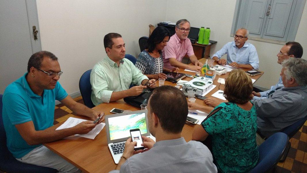 O prefeito eleito Edvaldo Nogueira (PCdoB) comandou nesta quinta (17) a primeira reunião da sua equipe de transição; o grupo se reuniu na Escola de Governo e Administração Pública, espaço cedido pela atual gestão, para discutir as primeiras medidas relacionadas aos procedimentos de coleta de informações e elaboração do diagnóstico da situação da prefeitura de Aracaju; a comissão, formada por oito integrantes, foi dividida em cinco subgrupos, a partir dos principais temas que envolvem o governo municipal; neste primeiro momento, a equipe já elaborou 27 pedidos de informações à prefeitura