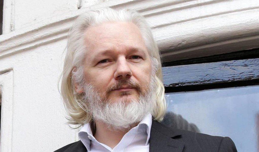 """Julian Assange, fundador do site Wikileaks, disse haver indícios da participação do governo dos Estados Unidos no que chamou de """"golpe constitucional"""" ou """"golpe político"""" contra a presidente eleita Dilma Rousseff, em agosto de 2016; """"Situação atual está sendo construída há muito tempo"""", disse Assange em entrevista ao jornalista Fernando Morais; """"50% do orçamento da NSA é destinado a entender qual o rumo que um país, gabinete ou presidente está tomando política e financeiramente, para que os EUA possam reagir e conduzi-lo a um caminho específico, incluindo na lista de alvos as importantes companhias energéticas"""", declarou Assange em referência ao pré-sal"""
