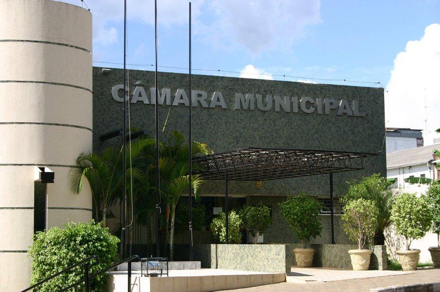 """A Justiça autorizou para tomar posse quatro dos cinco vereadores de Foz do Iguaçu, no oeste do Paraná, reeleitos para a atual legislatura e presos durante a 5ª fase da Operação Pecúlio, da PF; Darci Siqueira """"DRM"""" (PTN), Edílio Dall'Agnol (PSC), Luiz Queiroga (DEM) e Anice Gazzaoui (PTN) devem ser escoltados até a Câmara de Vereadores para o ato de posse e depois retornar à cadeia; as investigações da PF apontaram um esquema de corrupção na prefeitura envolvendo fraudes em licitações para a contratação de obras e de serviços na área da saúde"""