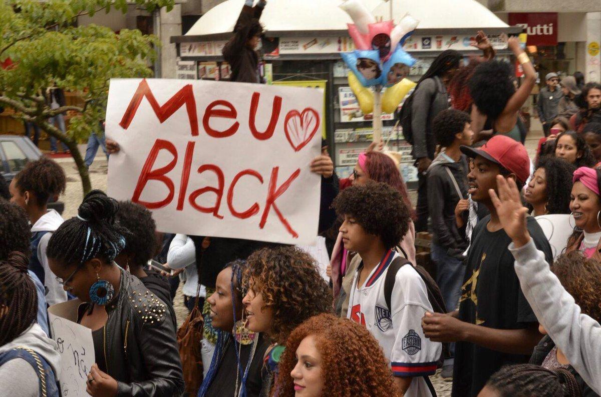 Mmovimento negro realizou na última terça-feira (15), na capital gaúcha, (15) a Marcha do Orgulho Crespo, parte da semana de atividades e manifestações por todo o país contra a desigualdade racial; no início do mês, a Justiça de Porto Alegre considerou inconstitucional o feriado do próximo domingo, 20 de novembro, apesar de em várias cidades do país a data lembrar o Dia da Consciência Negra; caminhada reuniu dezenas de pessoas no Parque da Redenção, zona central da capital gaúcha,que seguiram em passeata até o Largo Zumbi dos Palmares