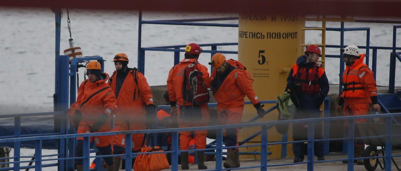 Vários destroços da aeronave russa Tupolev-155, que caiu no mar Negro com 92 pessoas a bordo no domingo, foram encontrados nesta segunda-feira, de acordo com o Ministério Russo de Emergência; em torno de 150 fragmentos foram localizados a 27 metros de profundidade, a cerca de mil milhas da costa, segundo Rimma Thernova, porta-voz da equipe de resgate baseada na estação balneária de Sotchi, um resort russo no Mar Negro