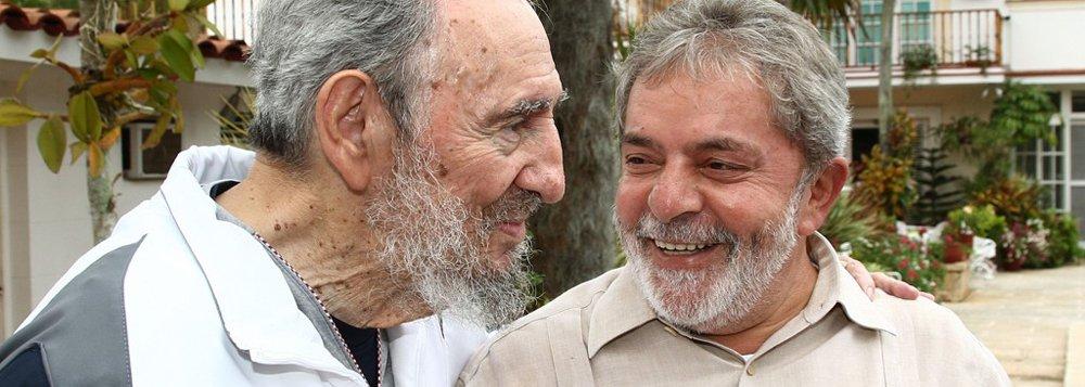 """O ex-presidente Luiz Inácio Lula da Silva lamentou a morte do amigo e líder cubano Fidel Castro, aos 90 anos, neste sábado, 26; Lula disse que Fidel sempre foi uma voz de """"luta e esperança"""" para os povos de nosso continente e os trabalhadores dos países mais pobres; """"Seu espírito combativo e solidário animou sonhos de liberdade, soberania e igualdade. Nos piores momentos, quando ditaduras dominavam as principais nações de nossa região, a bravura de Fidel Castro e o exemplo da revolução cubana inspiravam os que resistiam à tirania"""", disse Lula; """"Será eterno seu legado de dignidade e compromisso por um mundo mais justo"""", afirmou Lula"""