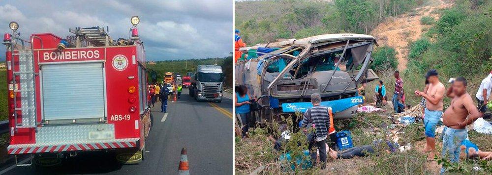 Seis pessoas morreram nesta quinta-feira num acidente com um ônibus de turismo na BR-116, próximo a Poções, no centro-sul da Bahia; segundo a Polícia Rodoviária Federal, 50 pessoas viajavam no ônibus que saiu de Arco Verde, em Pernambuco, em direção a São Paulo; por volta das 5h, o veículo saiu da pista e capotou às margens da rodovia