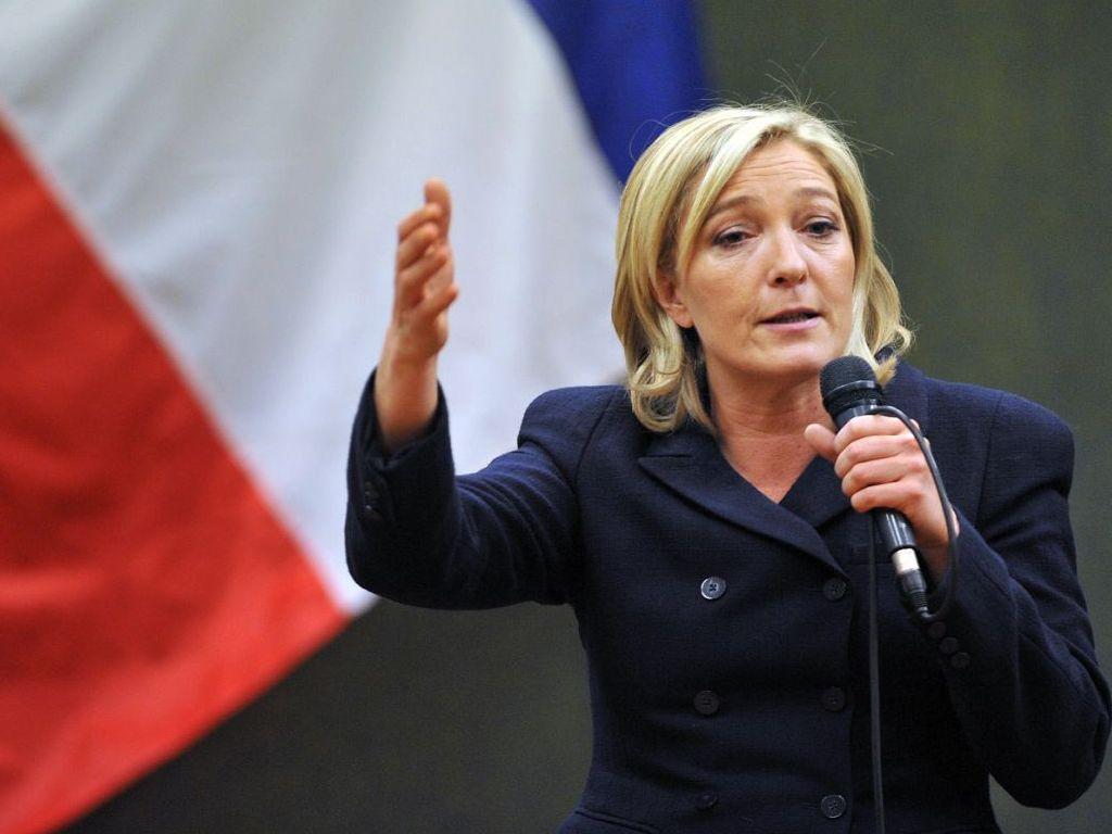 """Marine Le Pen, candidata presidencial francesa, líder do partido Frente Nacional, declarou que não considera ilegítima a reunificação da península com a Rússia; """"Não acho que a anexação tenha sido ilícita: foi realizado um referendo, os moradores da Crimeia expressaram o seu desejo de aderir à Rússia. Não vejo razões para pôr em dúvida este referendo"""", disse Le Pen em uma entrevista ao canal BFMTV; ela também destacou que a necessidade de """"estabelecer relações estratégicas"""" entre a Rússia e França no âmbito da luta contra o grupo terrorista Daesh"""