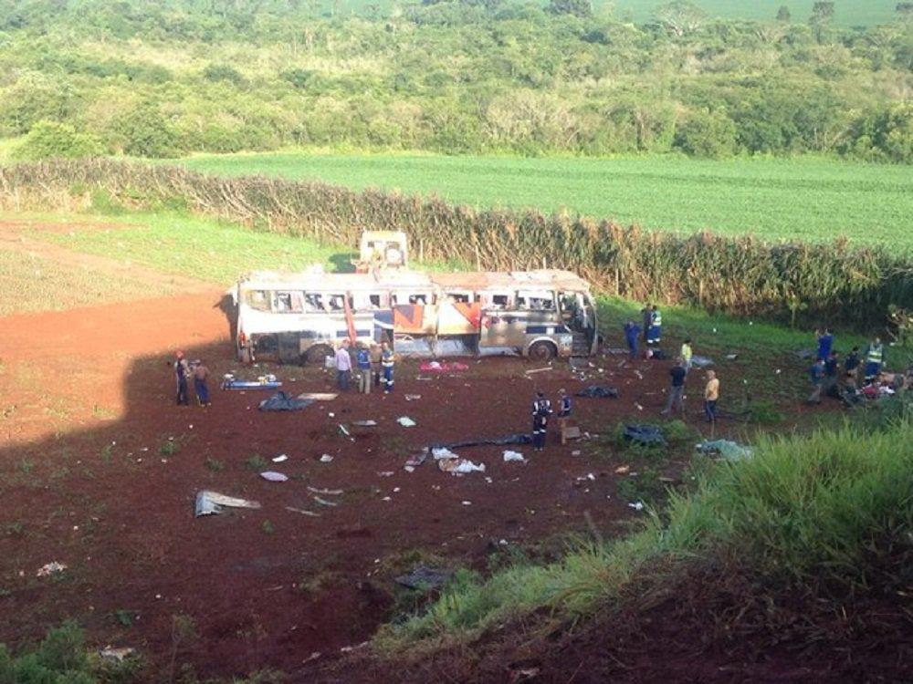 Um acidente com um ônibus que ia de Foz do Iguaçu para Maringá, no Paraná, causou a morte de pelo menos sete pessoas na altura do quilômetro 207 da BR-158, perto de Campo Mourão, na região centro-oeste do estado, na madrugada desta terça-feira; segundo a Polícia Rodoviária Federal, o ônibus, que transportava 41 passageiros, estava em velocidade excessiva ao entrar em uma alça de acesso à rodovia em direção a Maringá; o motorista perdeu o controle do veículo, que tombou em um barranco