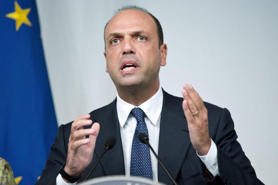 """O ministro das Relações Exteriores da Itália, Angelino Alfano (foto), anunciou nesta segunda-feira que levará o tema da imigração e da crise de refugiados ao Conselho de Segurança da ONU, organismo ao qual Roma ingressou como membro não-permanente no último dia 2; """"Hoje colocamos os pés no Conselho de Segurança da ONU e inseriremos na agenda mundial de paz e segurança as questões que consideramos prioridade, começando pela crise no Mediterrâneo"""", disse o chanceler"""
