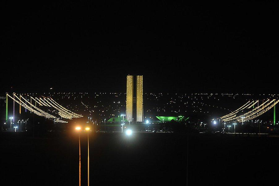 Todas as regiões administrativas de Brasília serão iluminadas para as festas de fim de ano; decoração, por meio de refletores e lâmpadas de LED, também será instalada em pontos turísticos; montagem começa na primeira quinzena de dezembro; investimento este ano será de cerca de R$ 400 mil, enquanto em 2015 foi de apenas de R$ 147 mil