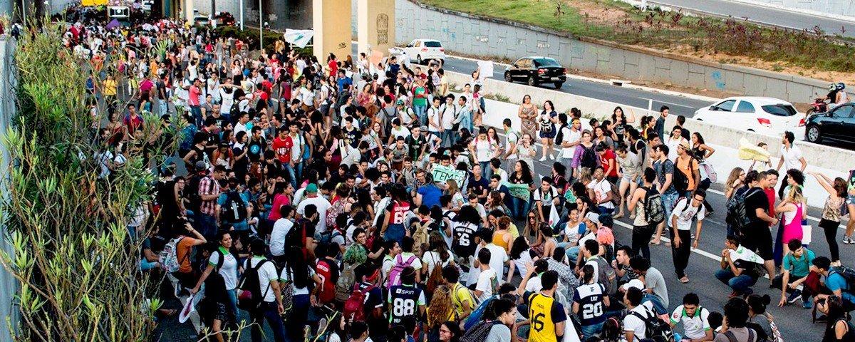 """invadam as ruas, protestem e acordem o gigante, pois, como bem afirma Che Guevara, """"ser jovem e não ser revolucionário é uma contradição genética"""". Jovens, o Brasil pertence a todos vocês! Por isso, continuem lutando por ele!"""