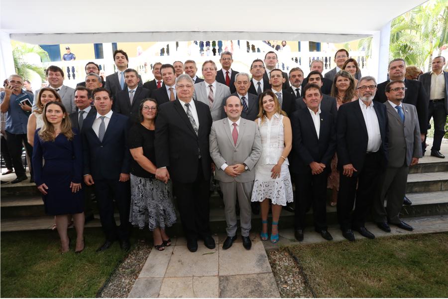 """""""Temos um grande desafio pela frente, que é tornar Fortaleza uma cidade mais competitiva"""", disse o prefeito Roberto Cláudio (PDT), durante a posse dos novos secretários, nesta segunda (2). Ele aproveitou o momento para anunciar, em primeira mão, um novo projeto, o """"Prefeitura nos Bairros"""", e informou que as medidas de controle de gastos serão anunciadas nesta terça-feira (3). Confira os nomes que compõem o novo secretariado"""