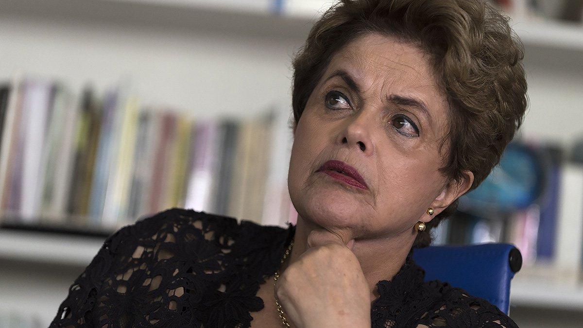 """Em entrevista ao jornal britânico The Guardian, Dilma Rousseff é questionada se se arrepende de ter vencido a última eleição presidencial; """"Nem por um momento. Se eu não tivesse vencido, as coisas estariam piores agora. Nós já teríamos um pacote de austeridade e privatizações como o do [presidente Mauricio] Macri, na Argentina"""", diz; pela primeira vez, ela descreve seus sentimentos no dia que a Câmara votou pela admissibilidade do processo de impeachment, em abril: """"Foi um caleidoscópio de lembranças. Senti tristeza, desespero e indignação""""; Dilma, que foi presa por resistir e lutar contra a ditadura militar, relata que """"todos os dias são difíceis"""", mas que """"este não foi o pior ano"""" da sua vida; """"De jeito nenhum"""""""