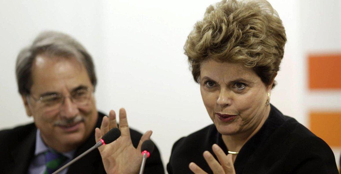 """Em Sevilha, na Espanha, Dilma Rousseff disse em coletiva de imprensa que, """"dadas as suspeitas que existem no Brasil"""" de que a queda do avião que levava o ministro do STF Teori Zavascki """"poderia ser um atentado, o caso deve ser rigorosamente investigado""""; """"Tem que investigar a morte e ver do que se trata"""", acrescentou; a respeito do ministro, descreveu: """"Não era perfeito, porque era um ser humano, mas devemos reconhecer suas muitas qualidades""""; Dilma afirmou ainda que """"acredita e espera"""" que o ex-presidente Lula volte a ser candidato a presidente nas eleições de 2018; """"Será importante para o Brasil que Lula seja candidato. O segundo golpe depois do meu impeachment é impedir que Lula seja candidato porque as pesquisas indicam seu nome em primeiro e que ganharia as eleições"""""""