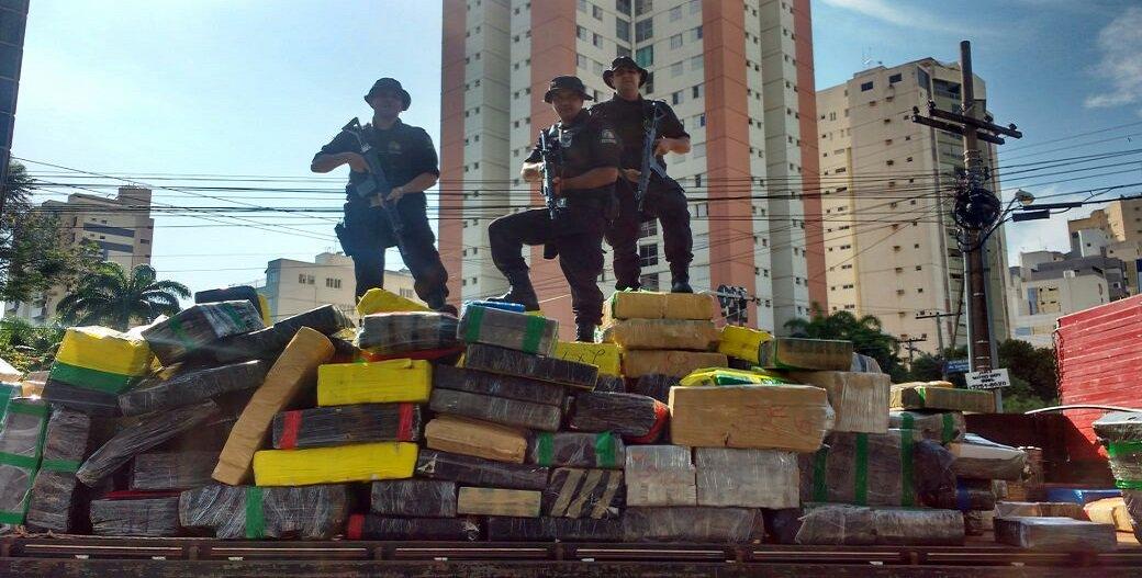 Onze toneladas da droga estavam escondidas em um galpão, no Jardim Clarisse, em Goiânia; sete suspeitos foram presos, sendo dois menores; no total, já são 40 toneladas de entorpecentes apreendidos pelas forças de segurança; de acordo com a PM, a associação criminosa era monitorada há três dias e impressionou pela organização, com uma estrutura montada com veículos e batedores; a droga saiu do Paraguai e tinha como destino final o galpão em Goiânia, localizado próximo à rodovia