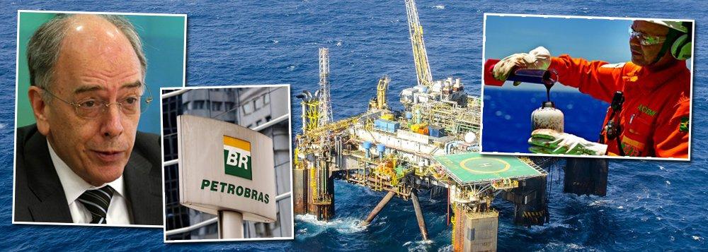 """Em nota, a Federação Única dos Petroleiras (FUP) bateu duro no presidente da Petrobras, Pedro Parente, que, segundo a entidade, """"reduziu os investimentos da Petrobrás a um terço do que era previsto três anos atrás, já vendeu campos de petróleo promissores, subsidiárias lucrativas, a maior rede de gasodutos do país, entre outros ativos estratégicos""""; """"A fome do mercado, no entanto, é insaciável"""", diz; de acordo com o texto,Parente, """"na ânsia de cumprir os compromissos assumidos com os financiadores do golpe, não mede esforços para atender as determinações de Wall Street""""; entidade classificou sua gestão como """"patética""""; """"Se não estancarmos essa sangria, perderemos a Petrobrás de vez para os estelionatários"""""""