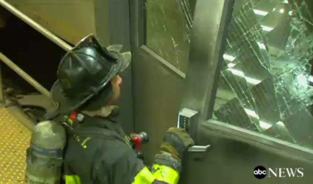 Um trem descarrilou e deixou 37 feridos no Brooklyn, em Nova York, nesta quarta-feira, de acordo com o corpo de bombeiros local; acredita-se que todos os ferimentos tenham sido leves; o trem teria atingido a plataforma em baixa velocidade; oacidente aconteceu por volta de 8h30 em um movimentado terminal perto do centro do Brooklyn