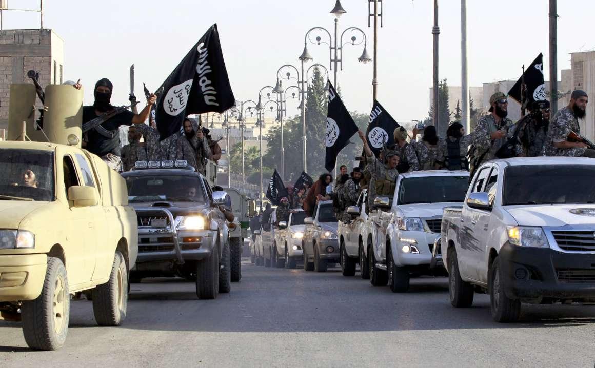 """Militantes do Estado Islâmico pretendem lançar ataques químicos de grande proporção contra alvos no Reino Unido e em outras regiões da Europa, disse o ministro britânico de segurança neste domingo; Ben Wallace disse também que as autoridades britânicas temem que, à medida em que o grupo de militantes é expulso de suas fortalezas no Oriente Médio, como a cidade iraquiana de Mosul, membros britânicos que têm lutado pelo grupo voltem para o país e representem uma crescente ameaça doméstica; """"A ambição do EI, ou Daesh, é definitivamente realizar ataques em massa"""", disse Wallace ao Sunday Times"""