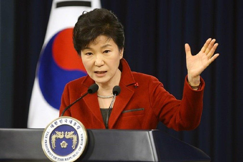 Uma grande multidão de sul-coreanos tomou as ruas de Seul neste sábado pelo nono fim de semana seguido para exigir a renúncia imediata da presidente Park Geun-hye, que sofreu um processo de impeachment no Parlamento por envolvimento em um escândalo de corrupção; cerca de 200 jovens vestidos de papai noel deram presentes a algumas das cerca de 200 mil pessoas que participaram do protesto, muitas das quais levaram seus filhos