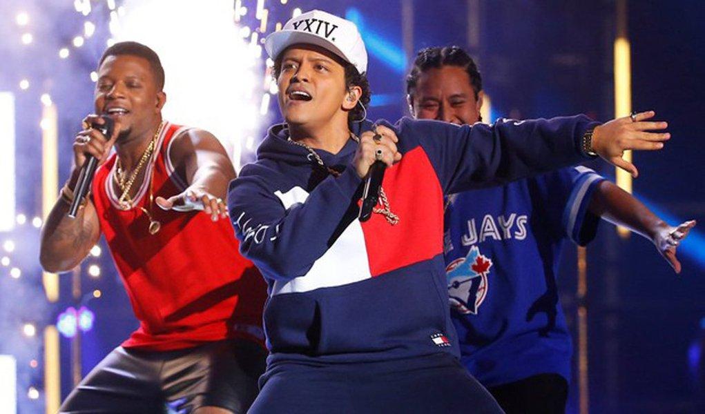 """Justin Bieber superou Lady Gaga e foi o maior vencedor da premiação MTV Europe Music Awards, realizada no domingo em Roterdã, levando três troféus para casa graças ao apoio de suas fãs, conhecidas como """"Beliebers""""; Bieber, que havia sido indicado em cinco categorias, venceu nas de """"Melhor (Mais) Fãs"""", """"Melhor Artista Canadense"""" e """"Melhor Canção"""", por """"Sorry""""; Gaga venceu por """"Melhor Artista Feminina"""" e """"Melhor Visual"""""""