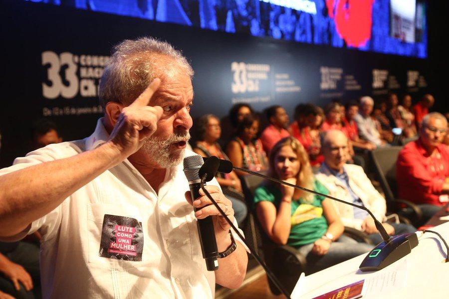 """Em discurso durante o33º Congresso da Confederação Nacional dos Trabalhadores em Educação, em Brasília, o ex-presidente questionou retoricamente quem seria capaz de tirar o país da """"lama"""" e foi prontamente respondido pelos participantes do evento, que gritavam """"Lula! Lula!""""; """"Essa é uma discussão que faremos em 2017"""", disse o petista; """"Este ano quem acha que vai me proibir de fazer as coisas nesse país pode se preparar. Eu vou voltar a rodar esse país"""", afirmou"""