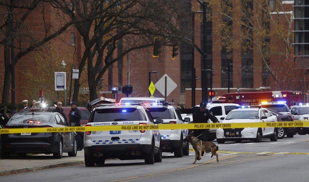 O agressor foi baleado e morto pela polícia, após atingir as vítimas com um veículo e esfaqueá-las