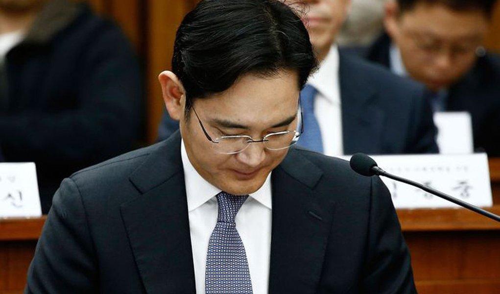"""Promotores especiais sul-coreanos interrogaram nesta quinta-feira o líder do conglomerado Samsung sobre suspeita de pagamento de propina em um escândalo político que levou ao impeachment da presidente do país, Park Geun-hye; """"Peço desculpas ao povo sul-coreano por não mostrar um lado melhor"""", disse o chefe da Samsung, Jay Y. Lee; Promotores afirmaram na quarta-feira que Lee é um dos suspeitos no esquema e estão investigando se a Samsung deu US$ 25,3 milhões para uma empresa em troca de receber permissão para uma fusão entre a Samsung C&T e Cheil Industries, em 2015"""