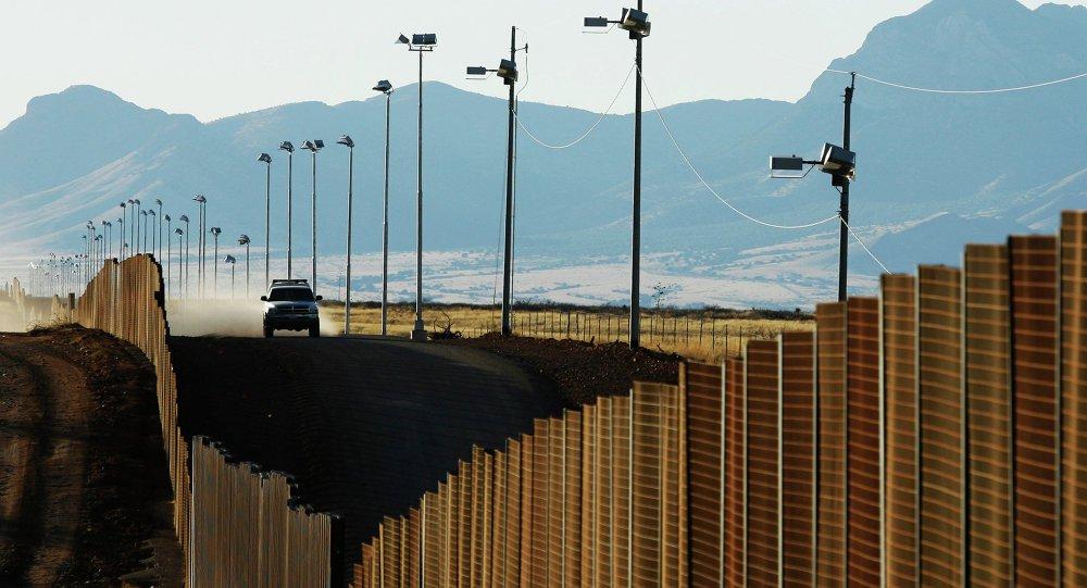 Segundo comunicado da Casa Branca nesta quinta-feira (26), o presidente Donald Trump quer uma taxa de importação de 20% sobre todos os produtos mexicanos para financiar a construção do muro na fronteira entre os dois países