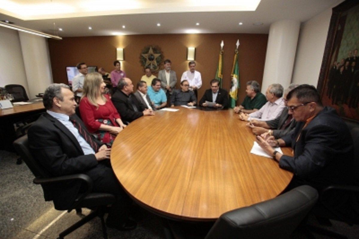 Foram efetivados os deputadosFernando Hugo, do PP, Mário Hélio, do PDT e Rachel Marques e Dedé Teixeira do PT.Eles substituem os deputados que foram eleitos prefeitos em 2016: Ivo Gomes (PDT), em Sobral; Zé Ailton Brasil (PP), no Crato; Laís Nunes (PMB), em Icó, e Naumi Amorim (PMB), em Caucaia.O deputado Dedé Teixeira deverá tirar licença para reassumir a Secretaria de Desenvolvimento Agrário do Governo do Estado