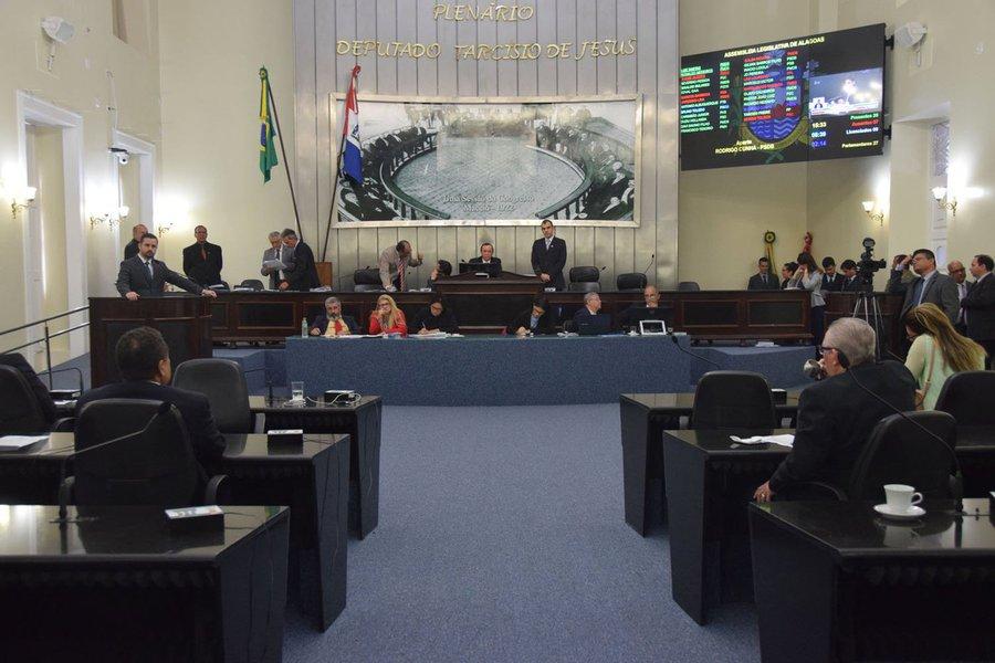 Antes de entrar em recesso, a Assembleia Legislativa aprovou diversos projetos, entre eles a Lei Orçamentária para 2017 e o reajuste do salário dos deputados. Também foram aprovados na última sessão do ano, o rateio do Fundeb e as mudanças na cobrança do IPVA. Ao todo, 14 projetos foram analisados