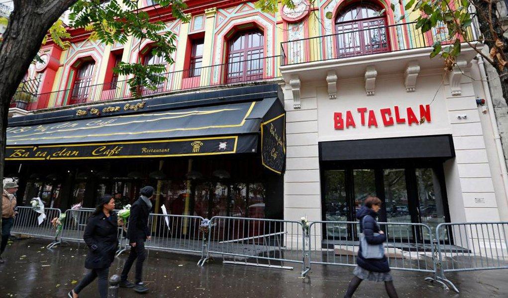 Casa de espetáculos parisiense Bataclan será reaberta neste sábado, 12, um ano após ter sido um dos alvos dos atentados terroristas de 13 de novembro de 2015 na capital francesa; na mesma noite, foram registrados diversos ataques simultâneos em Paris, deixando um total de 130 mortos e centenas de feridos